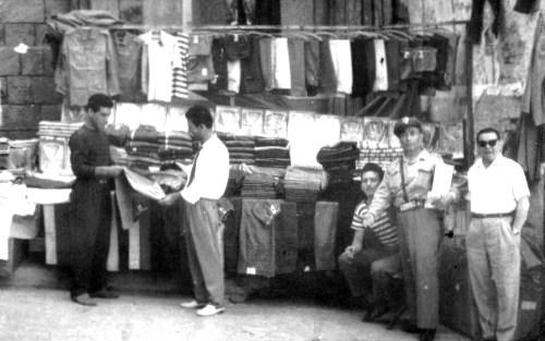 Giuseppe Alaimo con la sua bancarella montata a piazza Beati Paoli accanto la chiesa di San Cosmo e Damiano al Capo